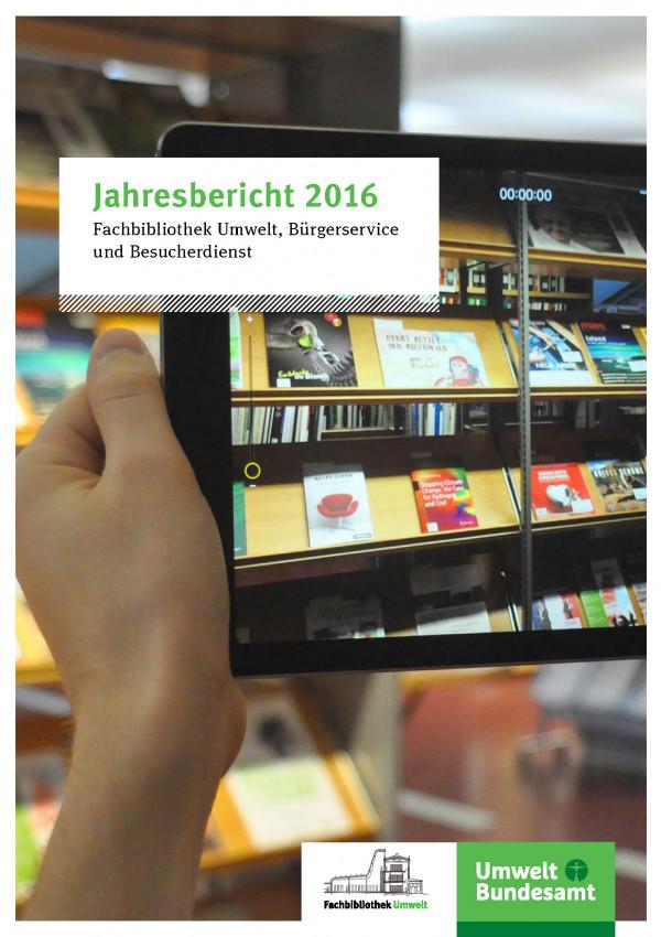 Foto aus dem Lesesaal in Dessau vor dem Regal mit Neuerwerbungen
