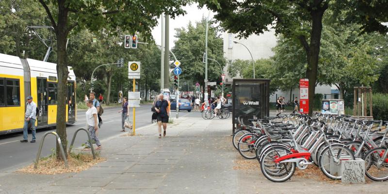 Direkt neben einer Straßenbahn-Haltestelle stehen Mietfahrräder bereit