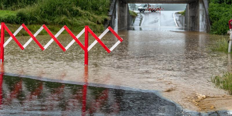 Absperrung einer überfluteten Straße.
