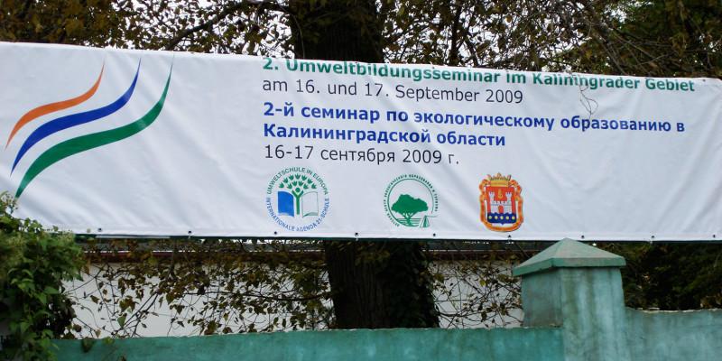 Bild des Banners am Eingang zum Veranstaltungsgebäude