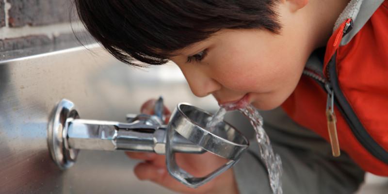 Bild eines Kindes am Wasserhahn