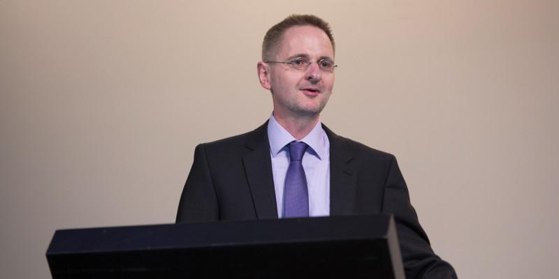 """Martin Schmied, Abteilungsleiter """"Verkehr, Umwelt und räumliche Entwicklung"""" im Umweltbundesamt führt in den 2. Tag des UBA Forums ein."""