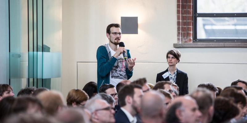 Eine angeregte Diskussion mit dem Publikum schließt sich an den Vortrag an