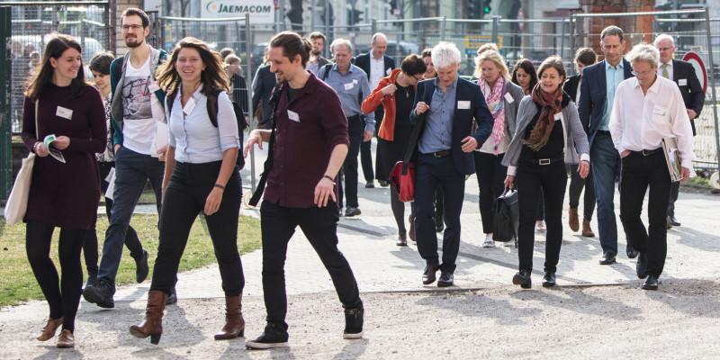 Teilnehmende auf dem Weg zu den Workshops, in denen Best Practice Beispiele im Mittelpunkt stehen