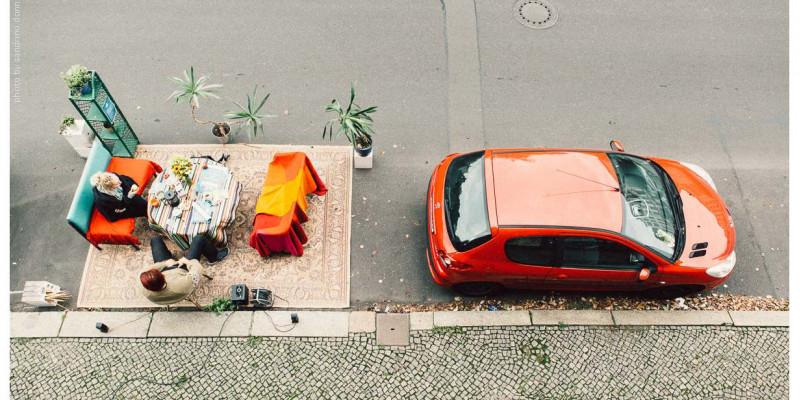 Hinter parkendem Fahrzeug wurde Wohnzimmer auf Parkplatz eingerichtet