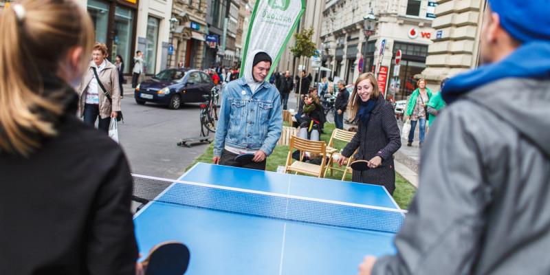 Menschen spielen Tischtennis auf Seitenparkstreifen