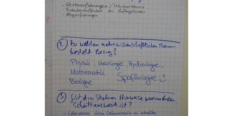Mit Flipcharts halten die Fachkräfte weitergehende Überlegungen und Ideen zu den Experimenten fest