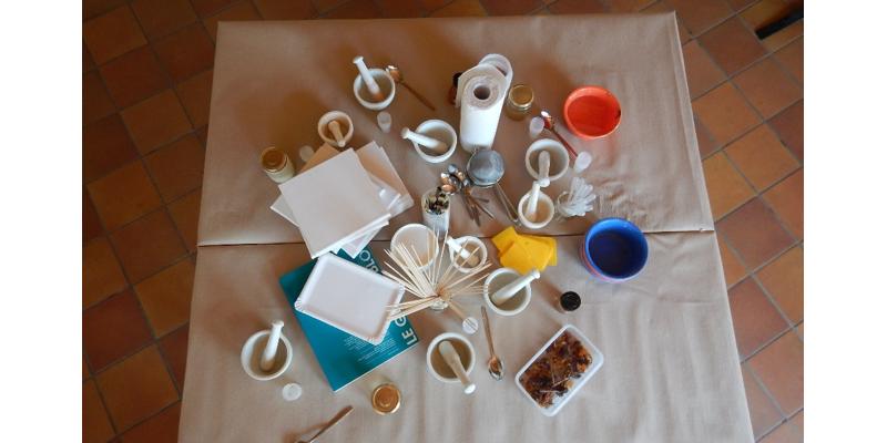 Materialangebot zur spontanen Herstellung von Bodenfarben aus dem 'vor Ort' gesammelten Material