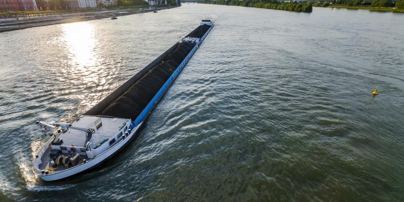 Foto: Ein Binnenschiff auf einer Wasserstraße.