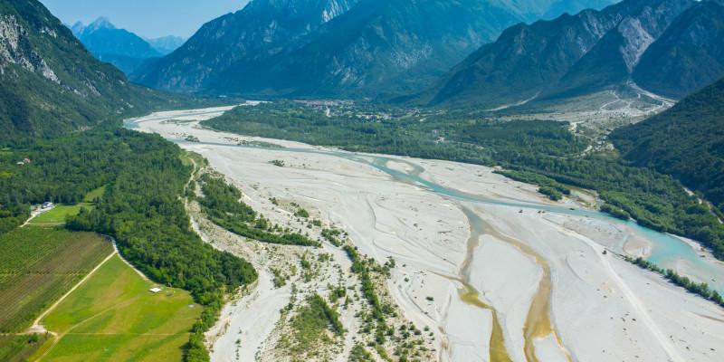 Luftaufnahme des Flusses Tagliamento in Italien mit einem Geflecht aus ausgedehnten Geröllflächen, Haupt- und Nebenarmen