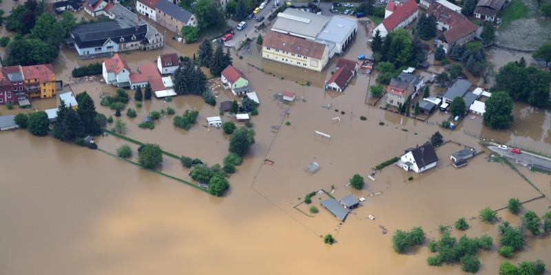 Foto: Eine überflutete Siedlung während eines Hochwassers.