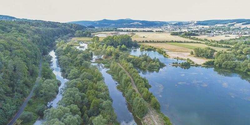 Luftbild der Fulda, eines neu geschaffenen Nebenarms und dem direkt benachbarten Breitenbacher Kiessees.