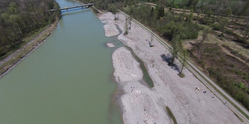 Luftbild eines umgestalteten Uferbereichs des Inns unterhalb des Kraftwerks Rosenheim. Ausgedehnte vegetationsfreie Kiesbänke in einem Abschnitt des Innufers bieten Angriffsfläche für den Fluss.