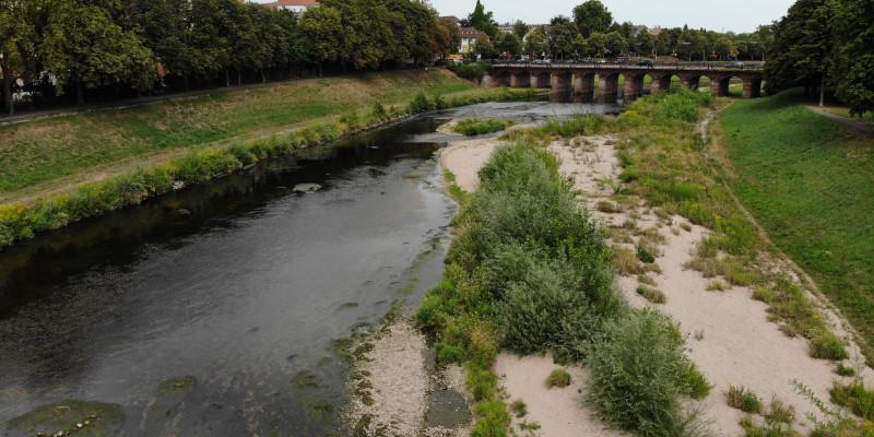 Foto: Die Murg in Rastatt nahe der Franzbrücke sechs Jahre nach Abschluss der Bauarbeiten. Das Gewässer hat sich natürlicherweise an einer Stelle deutlich verengt. Der einseitig kiesige Uferbereich ist bereits spärlich mit kleineren und größeren Büschen bewachsen.
