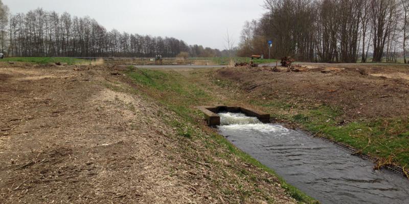 Foto: Der Zustand des Wehres bei Lüssow vor Maßnahmenbeginn. Die Ufer sind nahezu vegetationslos.