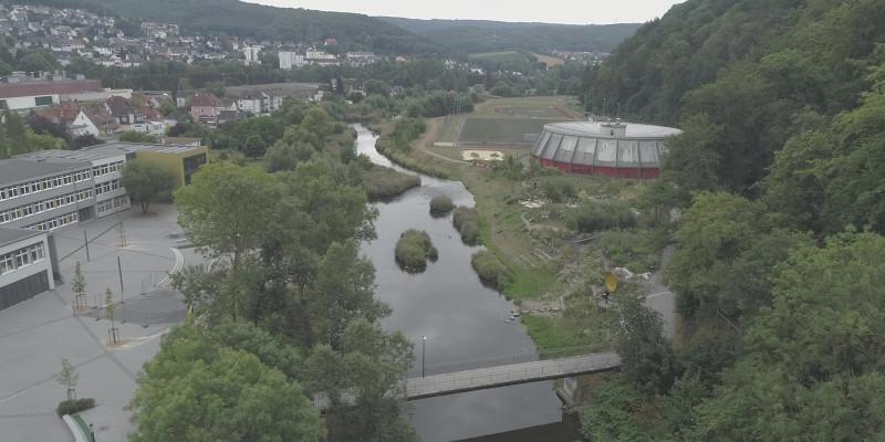 Luftbild der renaturierten Ruhr, links ein Schulhof, rechts eine Erlebnisraum und Sportanlage.