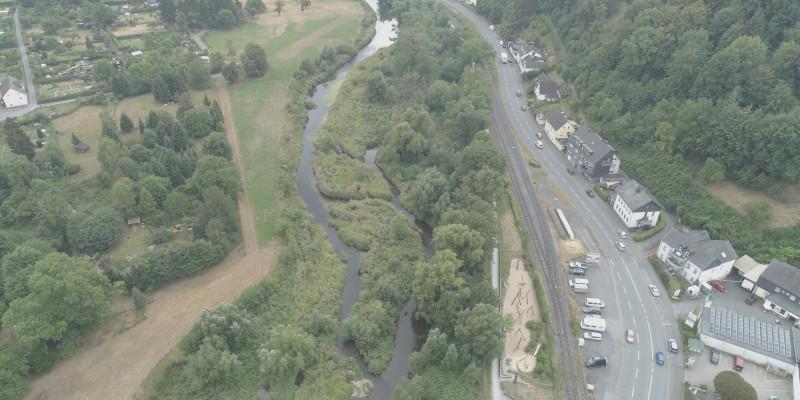 Luftbild der renaturierten Ruhr im Umfeld von Gärten, Grünland, Bebauung und Verkehrswegen.