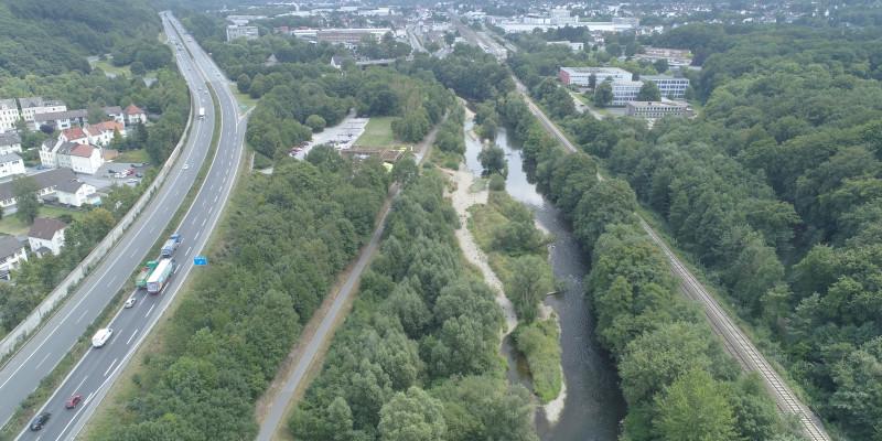 Luftbild der renaturierten Ruhr, die zwischen Autobahn, Radweg und Bahntrasse eingeengt ist.
