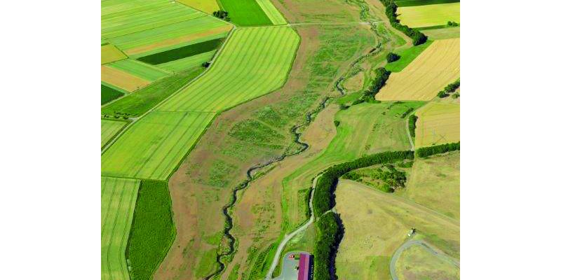 Luftbild der renaturierten Wern bei Geldersheim im Bauabschnitt V in landwirtschaftlicher Umgebung.