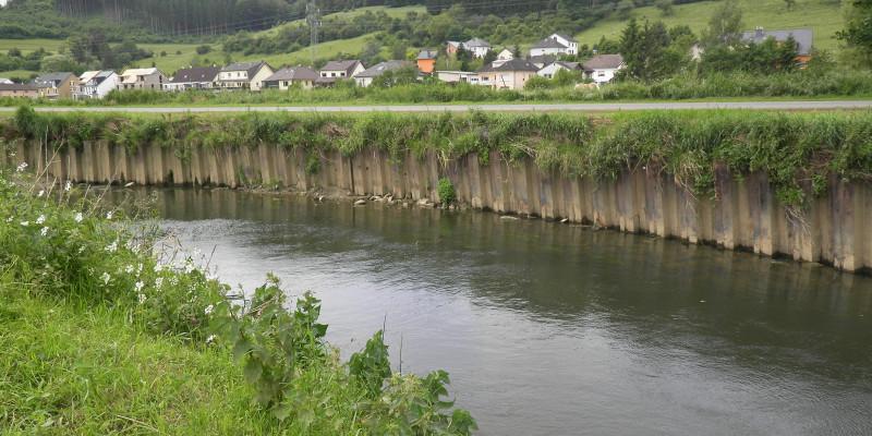 Foto: Eine Flussbiegung mit massivem Verbau entlang des Prallufers, der Erosion und somit eigendynamische Entwicklung des Flusses verhindert.