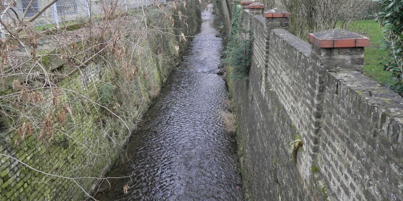 A straightened creek in Bonn, which is bordered on both sides with walls over 3 m high.