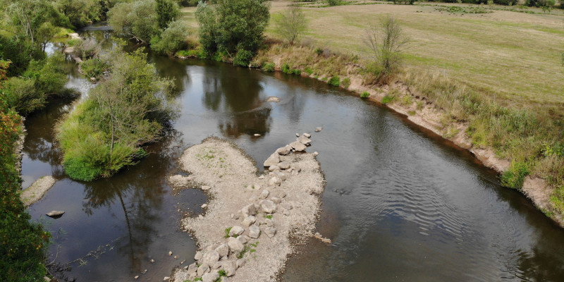 Aerial view of the Fulda. A number of large stones were installed diagonally into the riverbed. Erosion has started at the opposite riverbank.