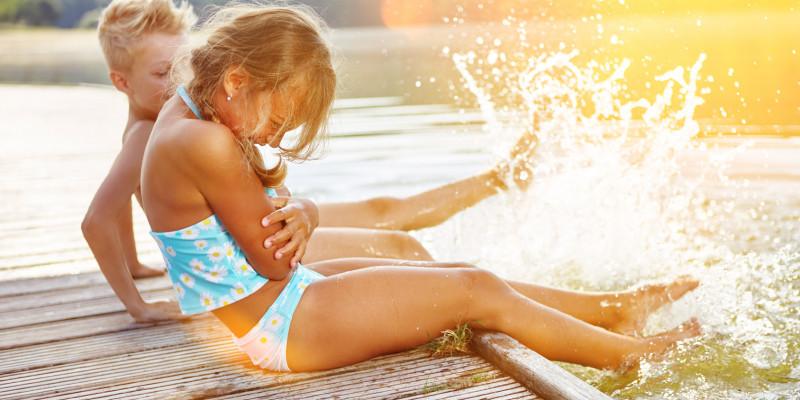 Kinder auf einem Badesteg