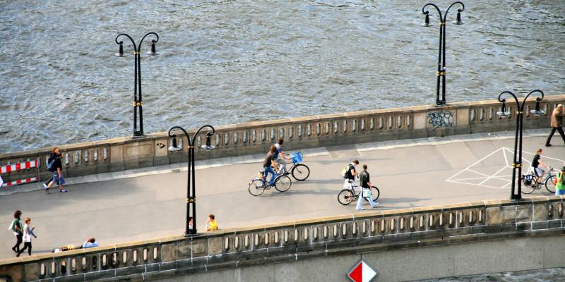 Radfahrer und Fußgänger auf einer Brücke in Berlin
