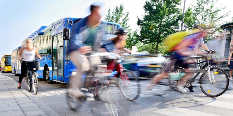 Bus und Fahrradfahrer