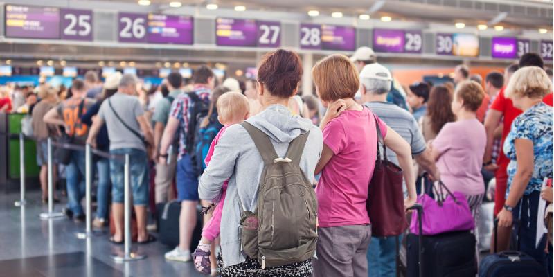 Menschen am Abfertigungsschalter im Flughafen