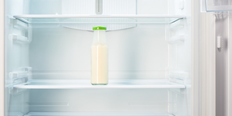 Milchflasche in Kühlschrank