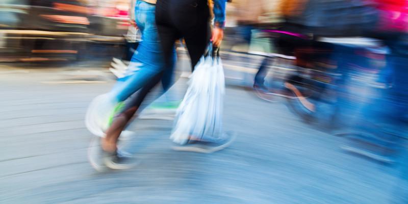 Menschen mit Plastiktüten beim Einkaufsbummel