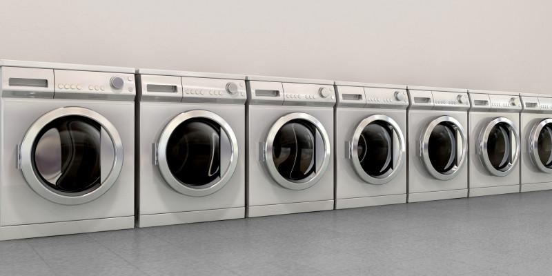 Reihe mit alten Waschmaschinen