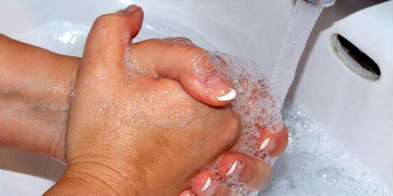 Hände werden mit Seife gewaschen
