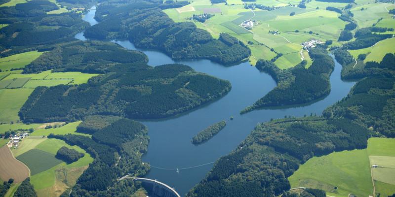 Ein Luftbild der Ennepetalsperre in Nordrhein-Westfalen