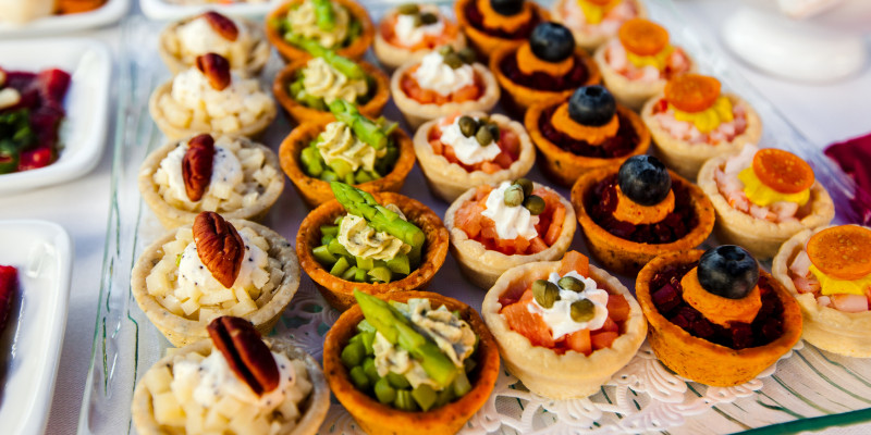 Schmackhafte Desserts an einem Buffet.