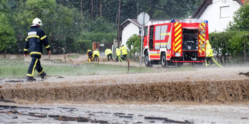 Feuerwehr hilft bei Überschwemmung.