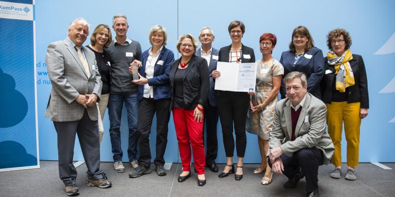"""Svenja Schulze ehrt die Gewinner Kategorie 3: Initiativgruppe """"Unternehmen engagiert für's Veedel"""""""