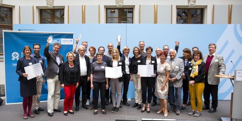 """Gewinner des Wettbewerbs """"Blauer Kompass"""" 2018 auf der Bühne im Bundesumweltministerium"""