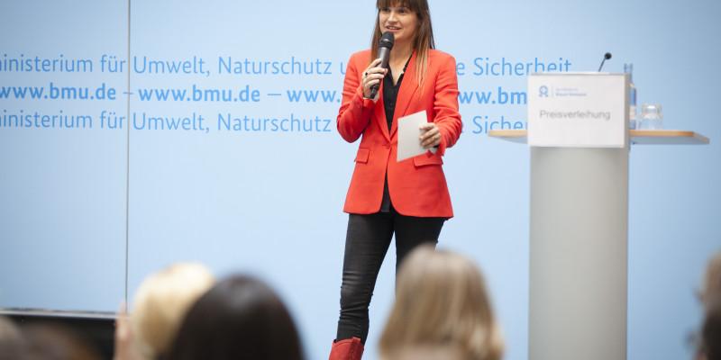 Nadine Kreutzer moderiert die Preisverleihung