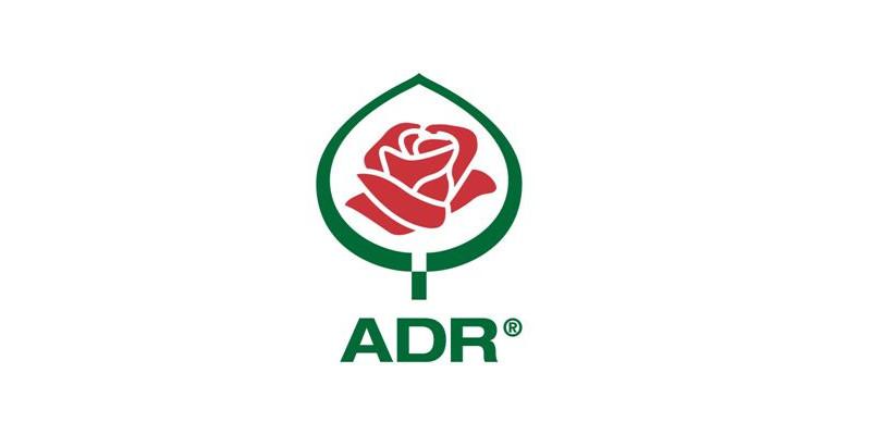 "ADR-Siegel. Rote Rosenblüte in grünem Rosenblatt. Darunter der Schriftzug ""ADR""."