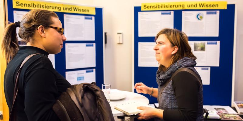 Am Thementisch Sensibilisierung und Wissen tauschen sich Teilnehmende über Kooperationsmöglichkeiten zur Klimaanpassung in der Stadt Frankfurt am Main aus.