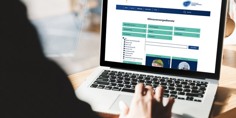 Die Website des Klimavorsorgeportals wird auf einem Laptopscreen dargestellt.
