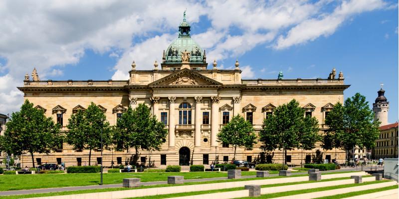 Außenansicht des Bundesverwaltungsgerichts vor blauem Himmel