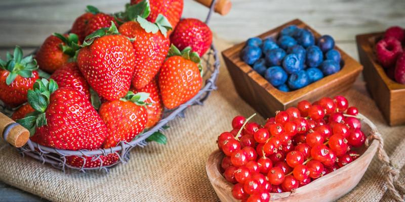 Schale mit gemischten Beerenfrüchten