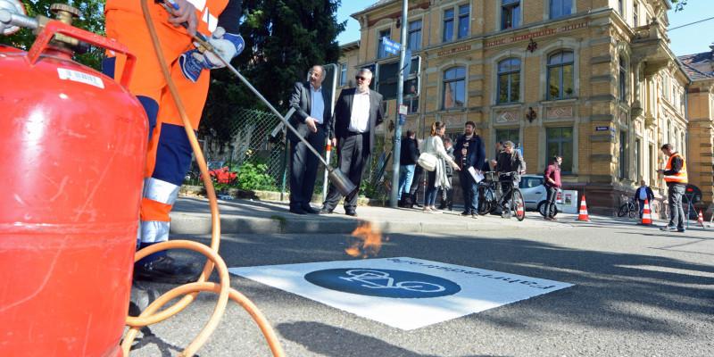 Markierungsarbeiten auf einer Fahrradstraße