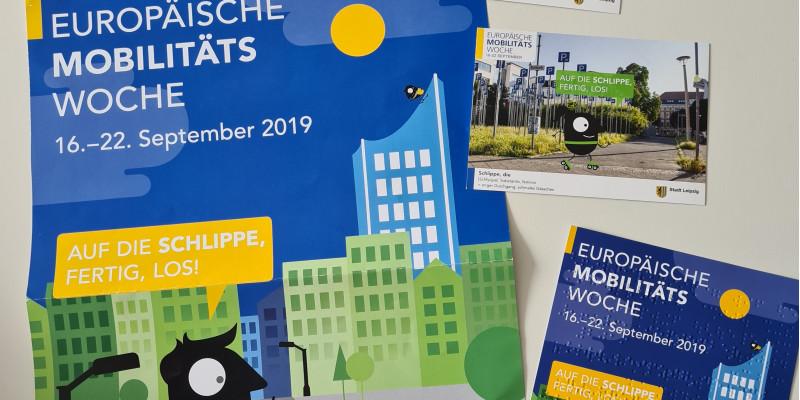 """Plakate und Flyer der Fotoaktion in Leipzig """"Auf die Schlippe, fertig, los!"""" und ein Flyer in Blindenschrift"""
