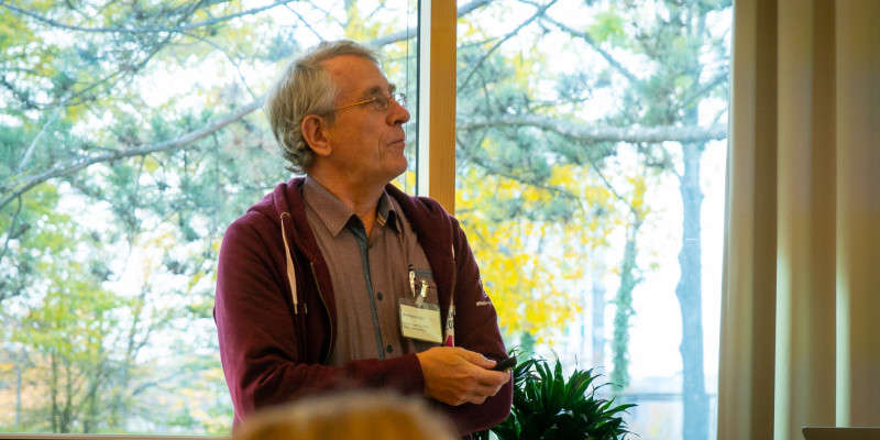 Herr Röder aus Schweinfurt hält eine Präsentation