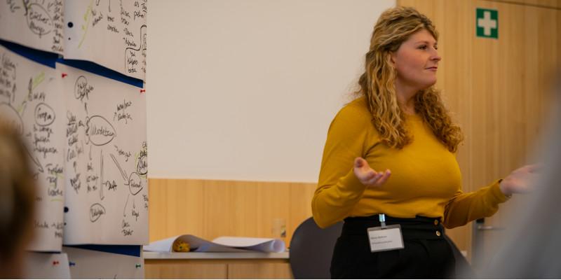 Alena Büttner vom UBA steht vor einer Pinnwand, die Diskussionsbeiträge zusammenfasst
