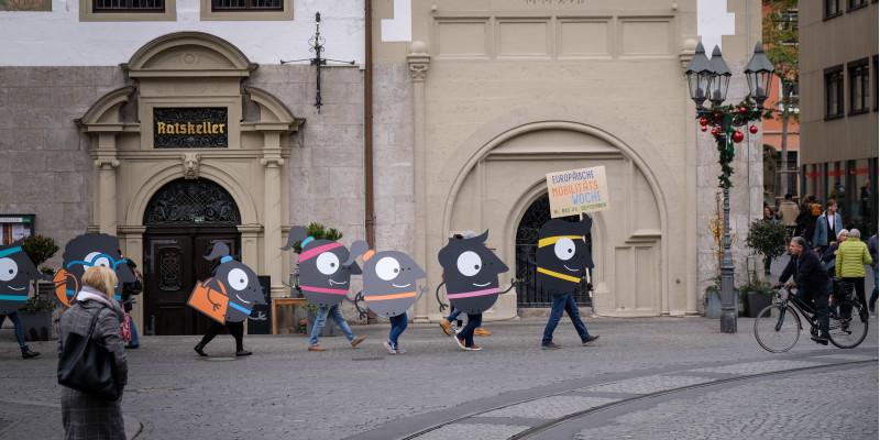 Das EMW-Maskottchen Edgar wird auf großen Platten durch die Stadt getragen